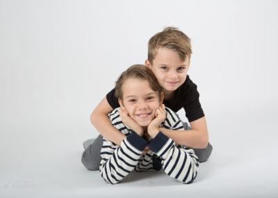 Bröder fotograferas i studion
